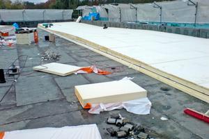 """Die PUR-Dämmung für das Dach wird montiert, darüber kommt eine Gefälledämmung aus EPS<span class=""""bildnachweis"""">Foto: Stefan Heim</span>"""