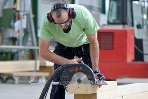 """Oliver Meissner, Werkstattleiter Holzbau, bei der NintegrA gGmbH testet die """"KSS 80""""-Handkreissäge <span class=""""bildnachweis"""">Fotos: Mafell </span>"""