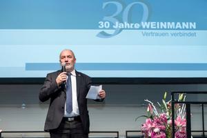 Geschäftsführer Hansbert Ott bei seiner Rede zum 30-jährigen Bestehen der Firma Weinmann