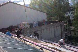 Die Montage des Modularen Oberlicht-Systems erfolgt auf der bauseitigen Unterkonstruktion des 390 m2 großen Pultdachs