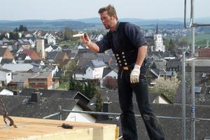 Dachdecker- und Zimmermeister Tobias Höhler schaut, dass bei der Montage alles fachgerecht abläuft