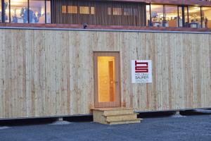 Im vergangenen Jahr stellte der Holzwerkstoffhersteller Egger gemeinsam mit dem Architekten Bruno Moser und dem Holzbauunternehmen Saurer ein Konzept für schnell verfügbaren Wohnraum vor: das Konzepthaus