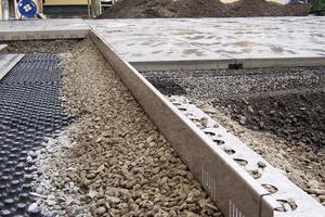 Dachtraufprofile grenzen die Plattenbeläge sauber von den begrünten Bereichen