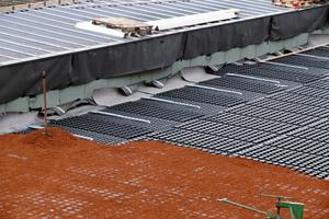 """Rechts: Die """"Geländerbasisplatten GB"""" zur durchdringungsfreien Geländerbefestigung werden wie die """"Floradrain FD 60""""-Elemente mit """"Zincolit Plus"""" verfüllt"""